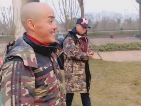 小伙在公园散步,见到一男子长相面熟,细看后接着拍照留念