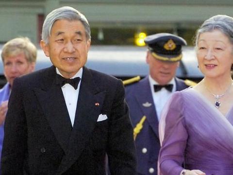 日本美智子戴过的那些胸针,多以花朵珍珠为主,优雅大气