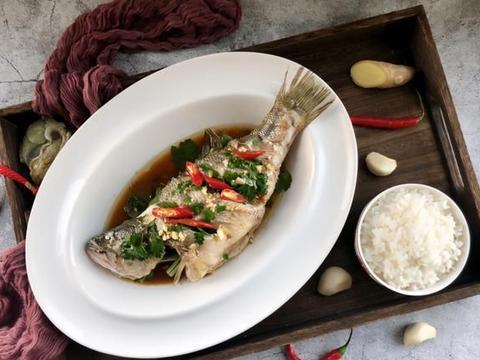 4月的鲈鱼真鲜美,蒸一蒸,10分钟就上桌,肉质嫩滑,原汁原味