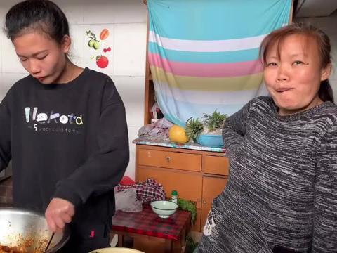 丈母娘做了一盆牛筋面,女婿嘴上说着不吃,结果吃的比谁都香