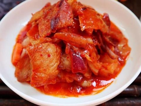 韩剧经常出现的辣白菜五花肉,好不好吃,小伙亲自尝试,一言难尽