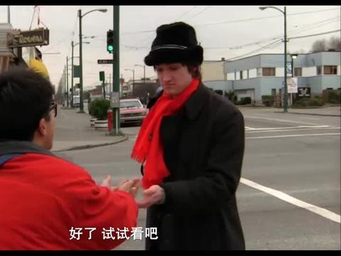 上一秒外国人还在嫌弃臭豆腐,下一秒吃得很香,看得我流口水