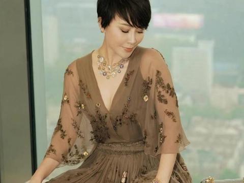 刘嘉玲裹棉被当衣服躺在床上,参加活动秀事业线