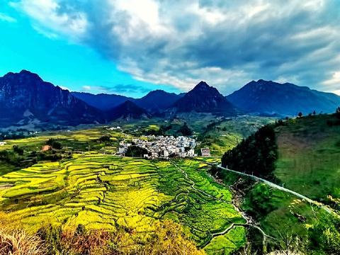 梅干岭梯田,油菜花与徽派古村落交相辉映,构成一道靓丽的风景线