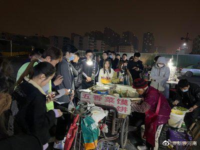 然而记者却发现郑州摆摊奶奶只有82岁
