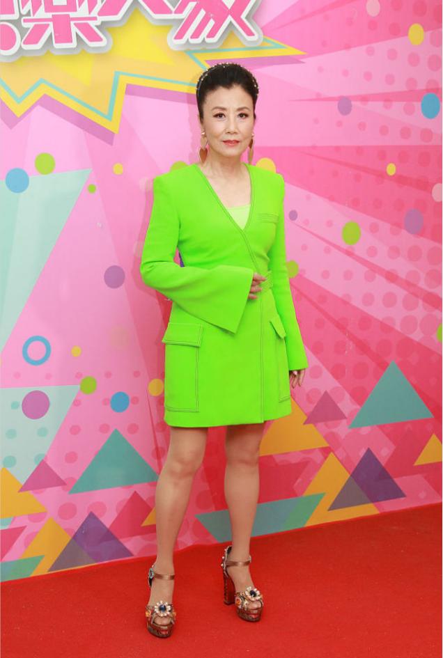 47年的汪明荃真敢穿,一把年纪还穿这么亮的绿色,可还挺显年轻的