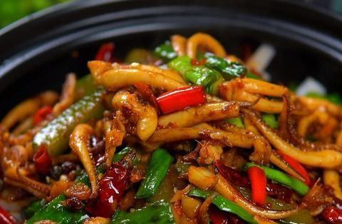 大厨教你在家做干锅鱿鱼须,香辣过瘾,口感爽脆,一大盘不够吃