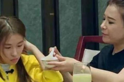 """""""巨婴""""刘思琦:16岁吃饭靠人喂,每天花销过万,如今过得怎样?"""