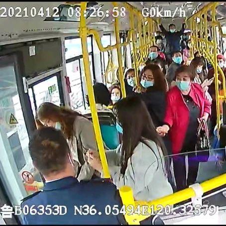 青岛公交监控拍下暖心一幕……
