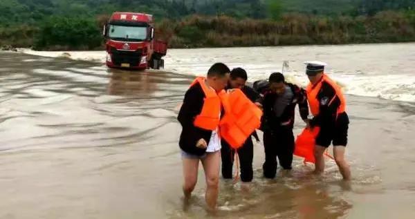 两司机被洪水围困 溆浦交警不顾安危涉水救援