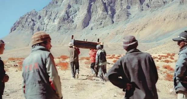 英国男子将钢琴搬上喜马拉雅山脉 为当地孩子演奏莫扎特音乐