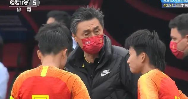 0比2!中国女足连续丢球被反超,门线解围难阻丢球,贾秀全着急