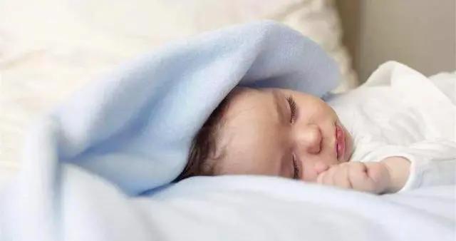 孩子不枕枕头的这两大伤害难避免,宝妈:孩子睡觉像指南针咋办?
