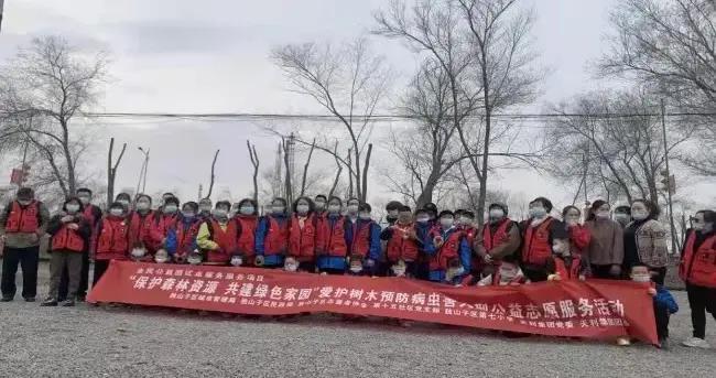 【文明创建在行动】独山子区志愿者参与病虫害防治工作 共同保护园林绿化成果