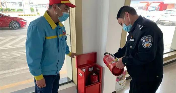 沣东新城分局阿房宫派出所对辖区内加油站开展安全检查