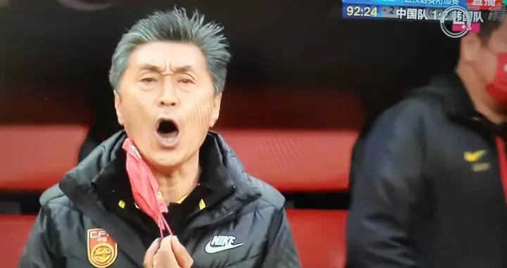 王霜倒地时贾秀全急得脱口罩呐喊指挥 中韩女足3-3进入加时赛
