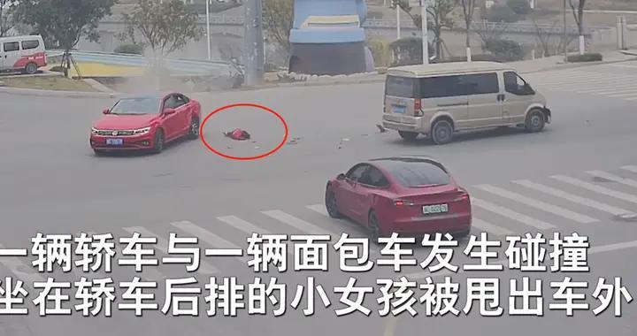 别拿孩子生命开玩笑!因未系安全带,撞车后小孩瞬间被甩出车外