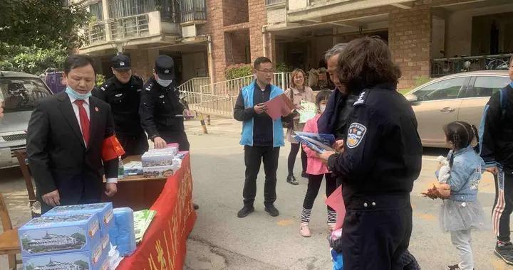 南京秦淮岗虹苑社区开展社区普法宣传活动