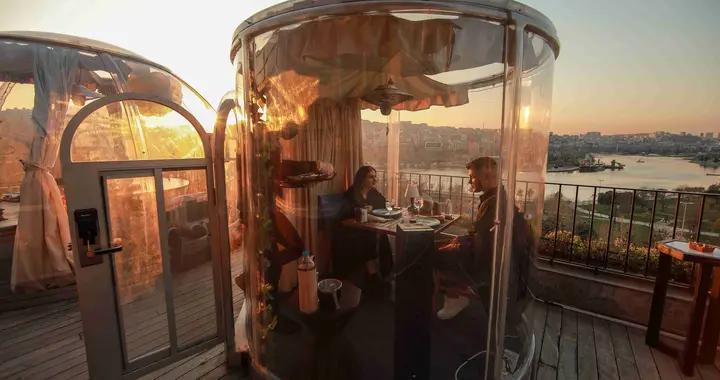 """土耳其餐厅推出透明""""穹顶小屋""""顾客享受户外用餐"""