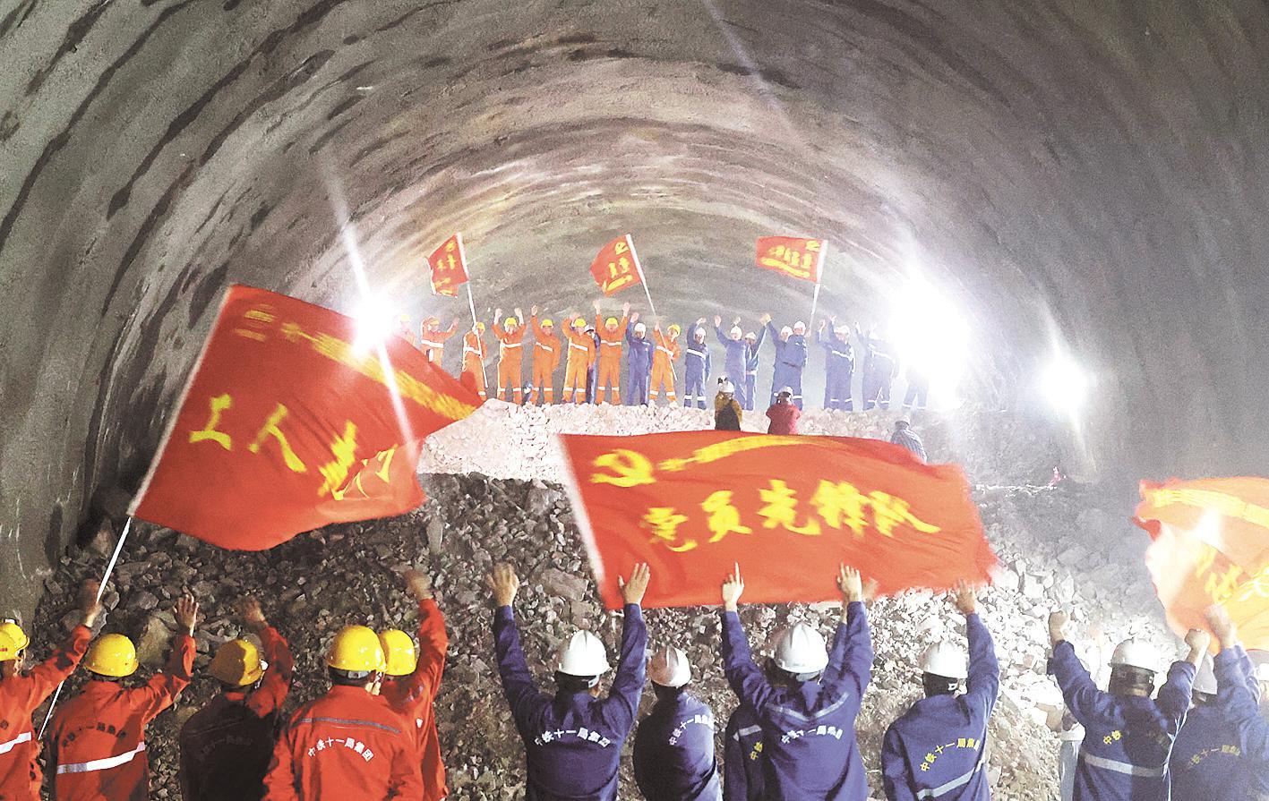 全长5506米 郑万高铁高家坪隧道贯通