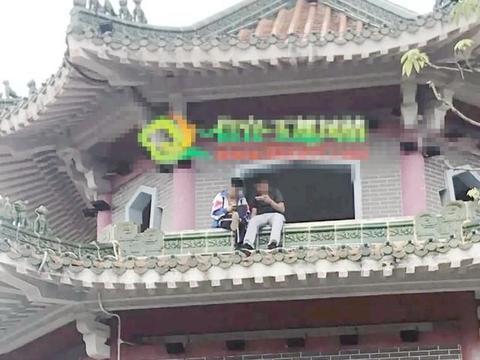 危险!两名少年任性爬上凉亭顶层打游戏,还翘着二郎腿,随时坠落