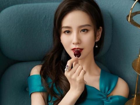 刘诗诗身穿宝蓝色露肩裙装,尽显优雅迷人,服装搭配满是时尚魅力