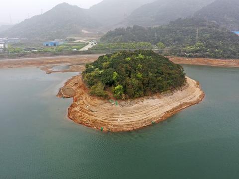 宁波13处水库中央有小岛,枯水期,小岛出水