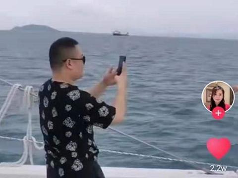 岳云鹏坐豪华游艇出镜,农村老母打扮贵气,网友:老娘熬出头了