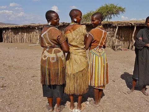 非洲原始部落,女性独自到野外生产无人照顾,网友:好心疼