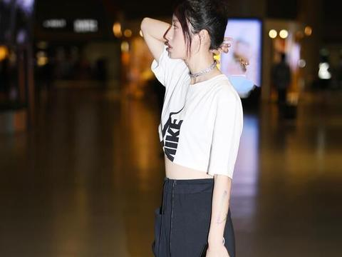 周雨彤穿着白T搭配长裙,时尚好看,美过00后,想要同款