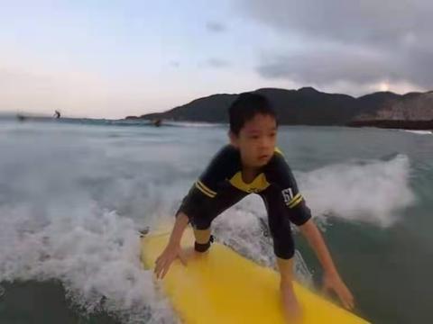 霍思燕儿子冲浪掉海里太惊险,身高快到杜江肩部,暖心举动显素质
