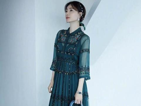 王丽坤穿绿色系连衣裙,搭配蓝色系手拎包,时尚又吸睛