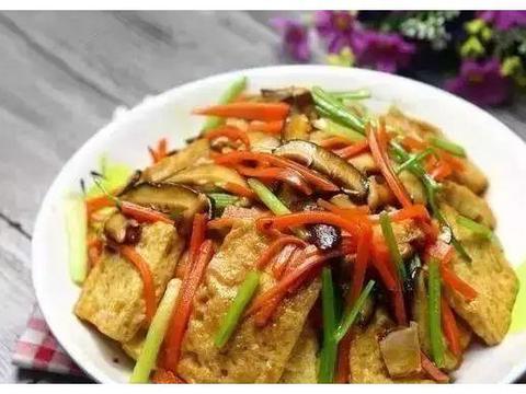 美食:麻辣牛肉,家常红烧豆腐,小炒花菜,酱焖鲤鱼