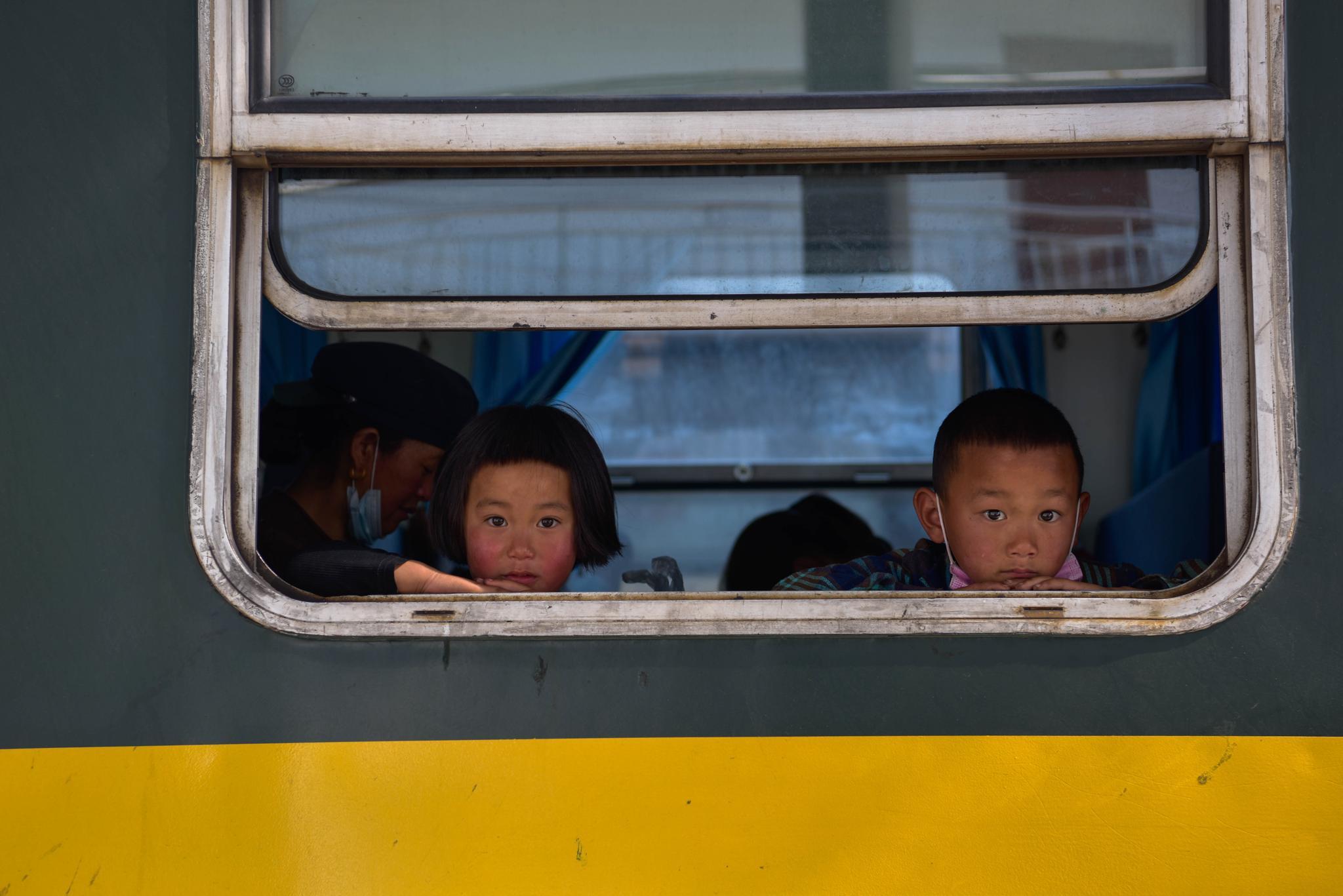 """高铁时代,大凉山铁轨上流淌""""慢幸福"""""""