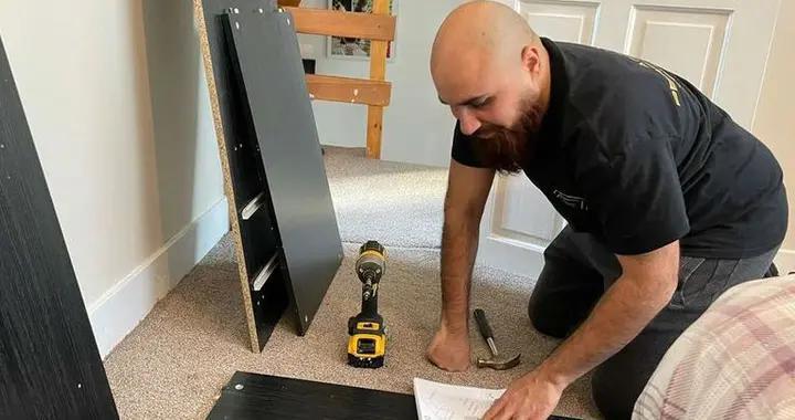 疫情期失业 英国男子靠组装宜家家具生活