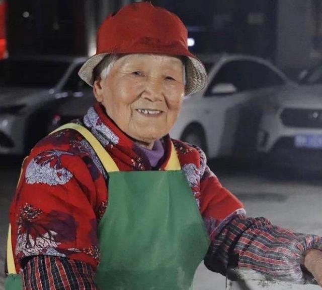 """当卖菜馍的老太太成了""""网红"""",不打扰才是最大的尊重"""