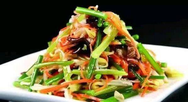 美食:椒香鸡翅,八宝菜,莲藕木耳炒肉片,小鸡炖蘑菇