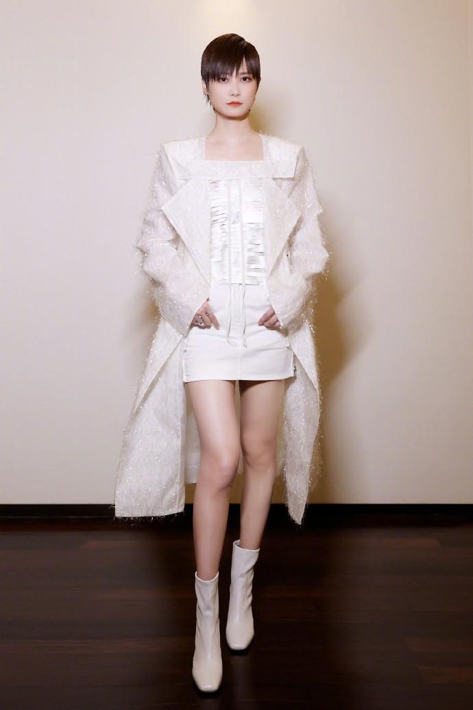 36岁李宇春换性感路线,穿白色短裙秀纤细长腿,网友:仙女下凡