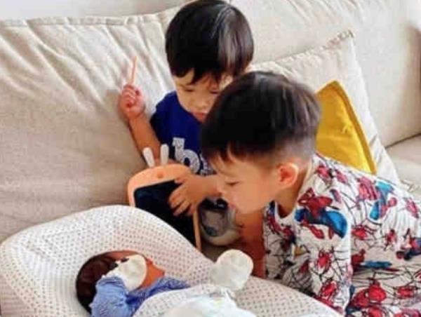 胡杏儿晒三胎儿子正脸照,还没2个月就是高鼻梁,未来儿媳高攀了