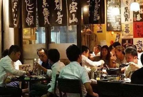 盘点:日本的男人为什么下班不爱回家,却喜欢在街头喝酒?