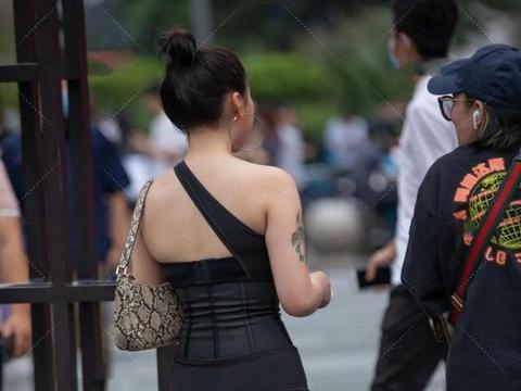 斜肩修身连衣裙,彰显独特气质,搭配时尚单品,更显高级感