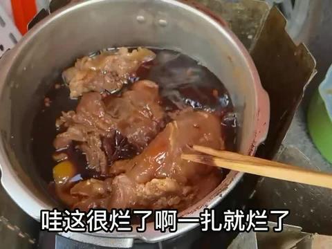 河南小伙穷游中国,一个人躲在车里煮牛肉,看着沙漠大口吃肉真香