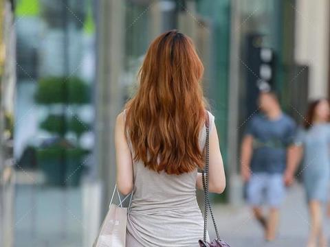 灰色长款连衣裙凸显时尚休闲感,简单舒服,设计感十足