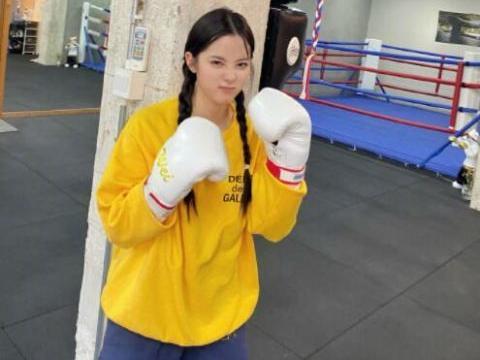 欧阳娜娜晒拳击照,穿黄色卫衣搭双马尾麻花辫活力满满