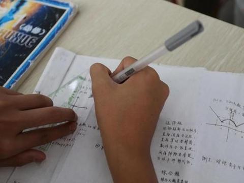 小学推迟到8:20上课,作业量减少,哪个更能保证小学生的充足睡眠