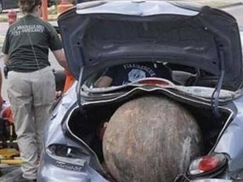 男子停车买烟回来后发现,自己的车后备箱多出来个巨蛋