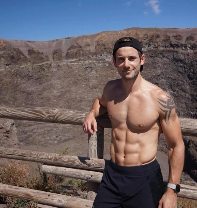 英国健身男模,胸肌结实饱满腹肌迷人,一身腱子肉尽显男性魅力