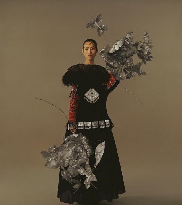 刘雯演绎芦笙舞主题大片,形成中西合璧的时尚风尚