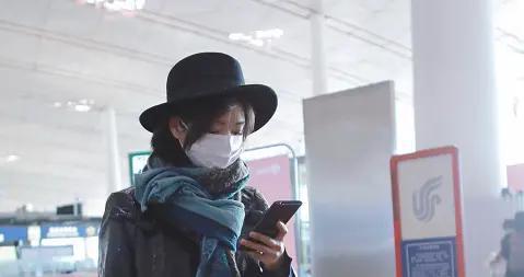 """万茜走机场很有""""主唱范"""",夹克配高帽太惹眼,论中性风我就服她"""
