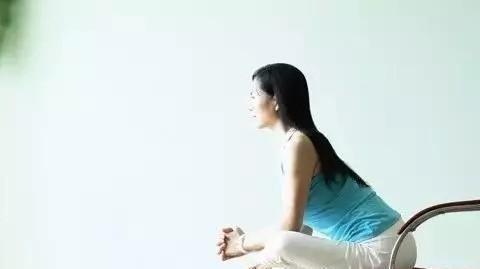 适合办公室白领的瑜伽体式,增强手臂及核心力量,缓解肩背酸痛